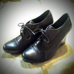 LDS SZ. 8.5 CROWN BY BORN LACE-UP WEDGE BOOTIE